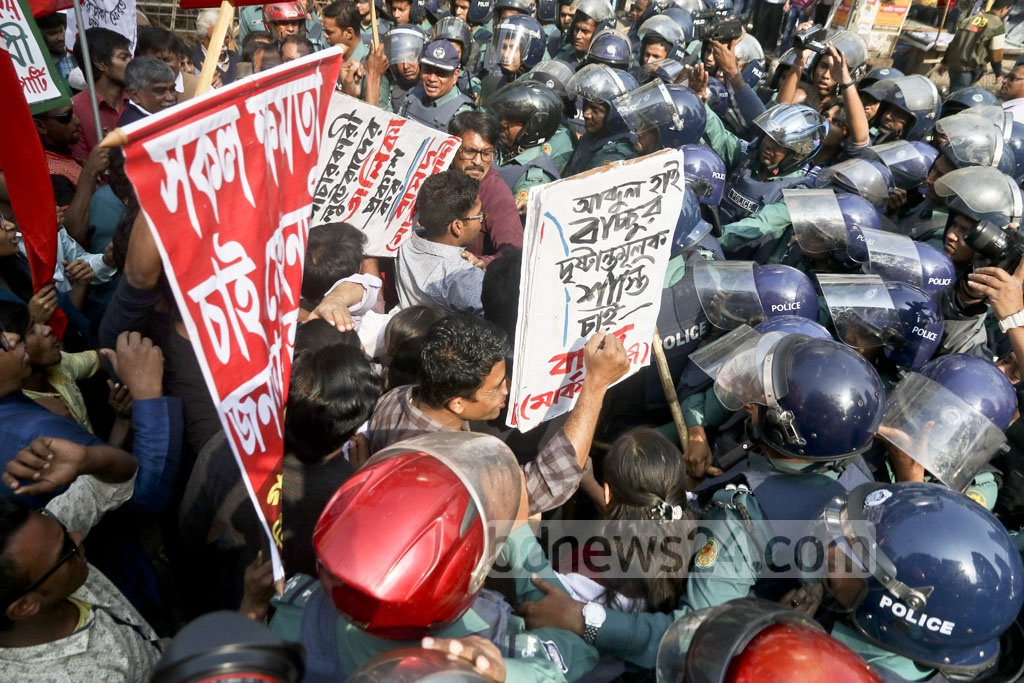 A scuffle breaks out between police and activists of leftist parties after their procession was barred at the Dainik Bangla intersection from proceeding towards the central bank. The left activists took out the procession on Wednesday protesting corrupt practices at the banking sector. Photo: tanvir ahammed