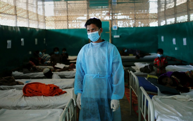 A doctor stands among beds at a ward for the treatment of Rohingya refugees who suffer from diphtheria, at a Medecins Sans Frontieres (MSF) clinic near Cox's Bazar, Bangladesh Dec 18, 2017. According to the World Health Organisation (WHO) from Nov 3 through Dec 12, a total of 804 suspected diphtheria cases including 15 deaths were reported among the displaced Rohingya population in Cox's Bazar. Reuters