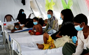 Rohingya refugees, who suffer from diphtheria, are being treated at a Medecins Sans Frontieres (MSF) clinic near Cox's Bazar, Bangladesh Decr 18, 2017. According to the World Health Organisation (WHO) from Nov 3 through Dec 12, a total of 804 suspected diphtheria cases including 15 deaths were reported among the displaced Rohingya population in Cox's Bazar. Reuters