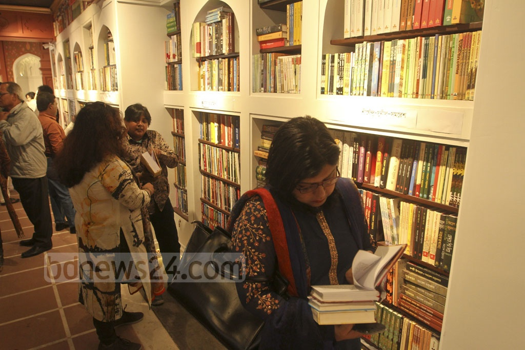 Readers browse books at superstore Baatighar's branch in Dhaka's Bishwo Shahitto Kendro Bhaban after its inauguration on Friday. Photo: dipu malakar