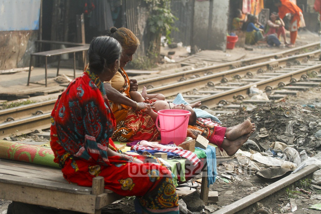 Slum dwellers live in a precarious condition along the railway line in Karwan Bazar. The photo is taken on Tuesday. Photo: asif mahmud ove