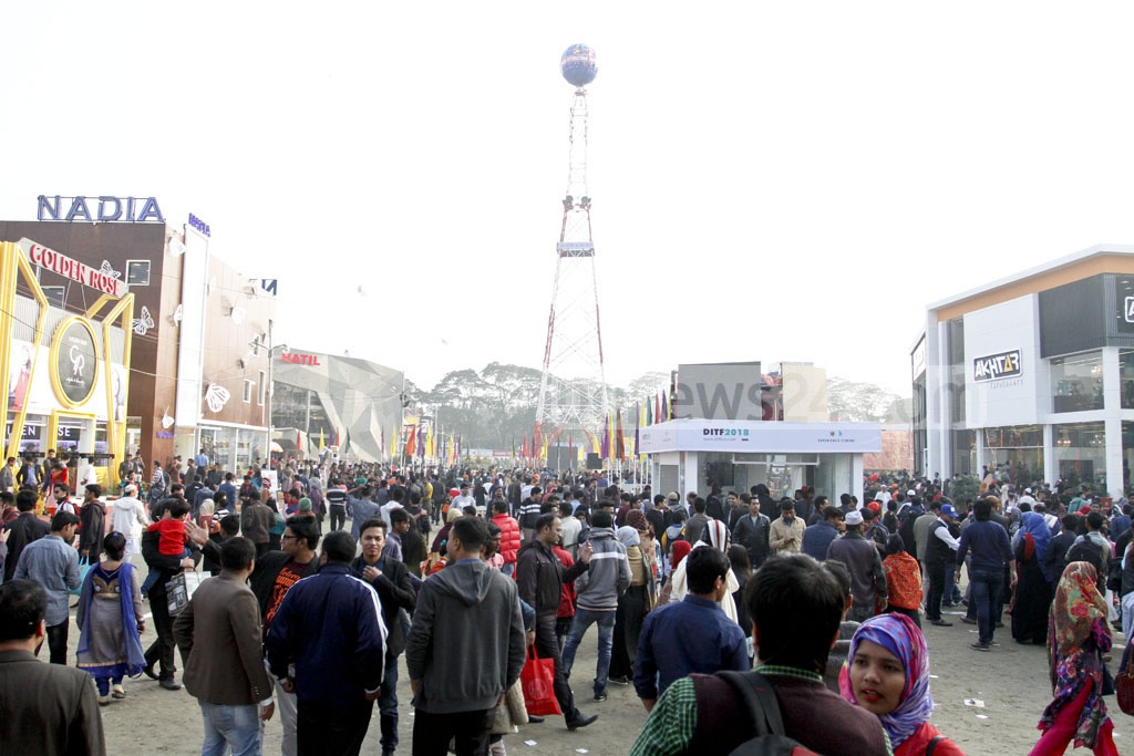 Visitors throng Dhaka International Trade Fair 2018 in Sher-e-Bangla Nagar on the first weekly holiday. Photo: asif mahmud ove