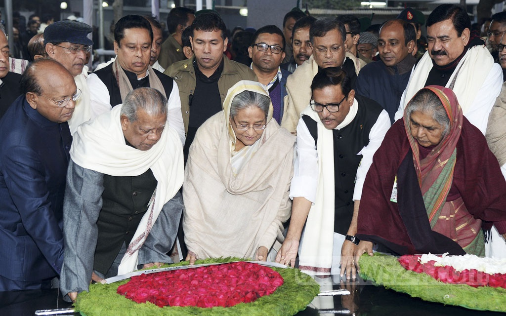 Prime Minister Sheikh Hasina paid tribute at Bangabandhu's portrait in Dhanmondi on Wednesday, when the country observed its founding father's return to home from captivity in a Pakistani jail. Photo: PID