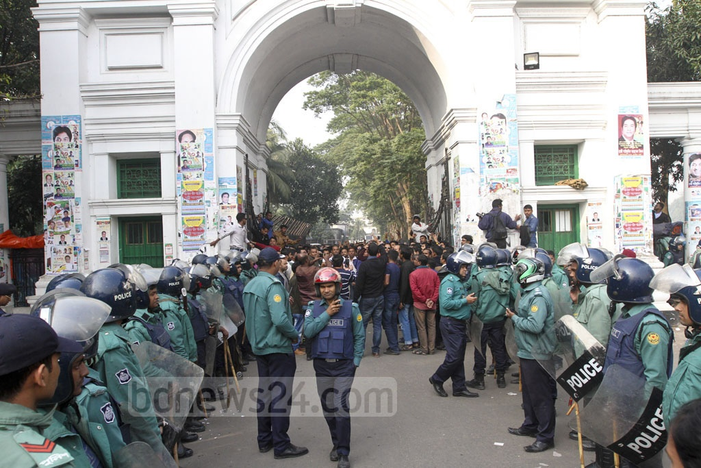 Police barricade to stop BNP supporters from marching after the hearing of Zia Orphanage Trust graft case in Dhaka's Bakshibazar attended by their chief Khaleda Zia on Thursday.