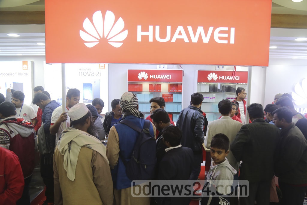 Visitors crowd the Bangabandhu International Conference Centre on the last day of the smartphone and tablet device expo on Saturday.