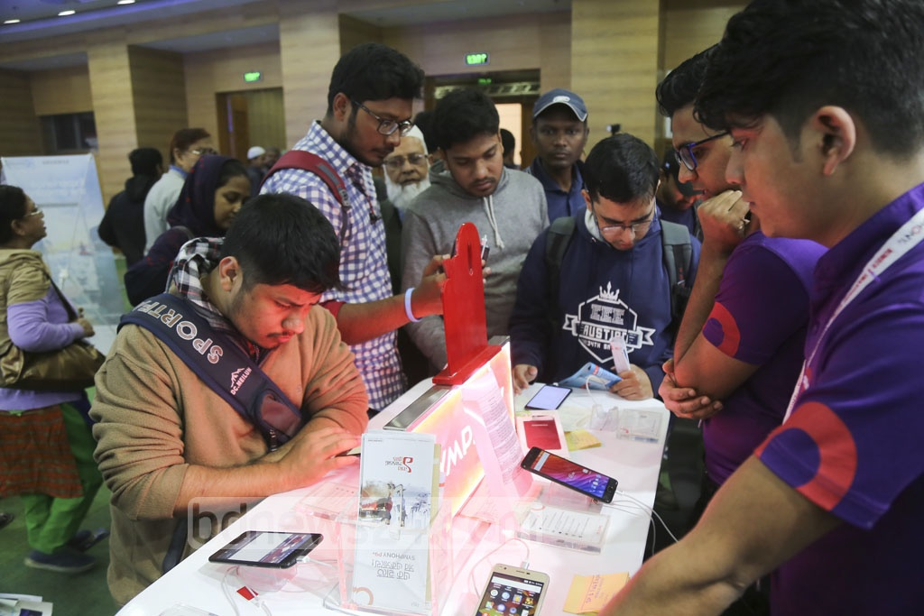 Visitors flock to the Bangabandhu International Conference Centre on the last day of the smartphone and tablet device expo on Saturday.