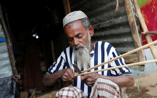 Hamid Hussain, a 71-year-old Rohingya refugee cuts firewood after an interview with Reuters at Kutupalong camp, near Cox's Bazar, Bangladesh Jan 13, 2018. Reuters