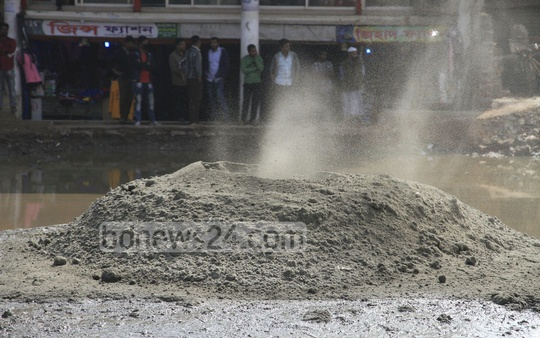 A gas line exploded at the construction site of Dhaka-Mawa Highway on Thursday. The highway is being upgraded to a four-lane road. Photo: Abdullah Al Momin