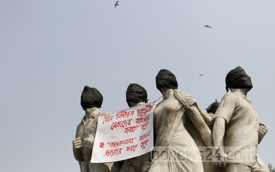 Dhaka University's Raju Memorial Sculpture is covered with black cloth as part of a protest over a case filed against students by the administration. Photo: asif mahmud ove