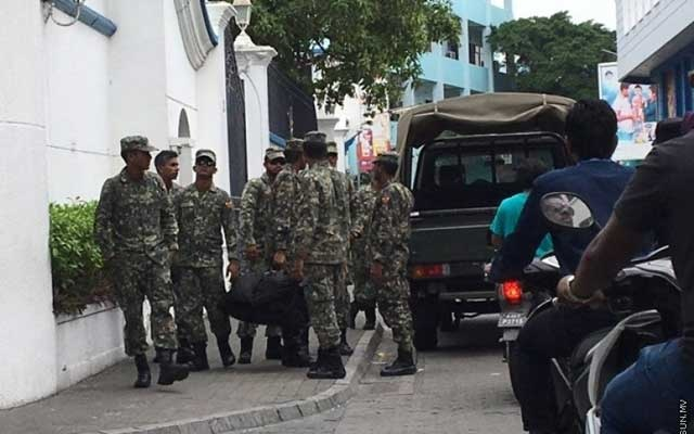 Maldivian troops stand guard in front of the Supreme Court. Photo courtesy of Sun Online (sun.mv)