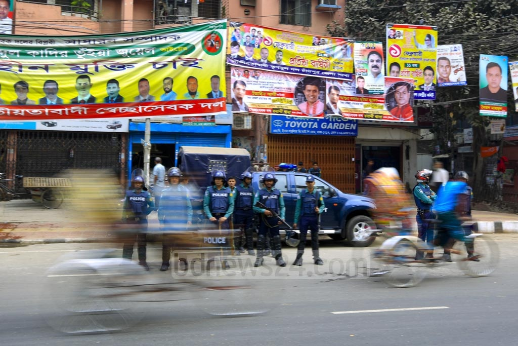 A police cordon in front of BNP central office at Nayapaltan as the capital comes under a security blanket on Thursday over the verdict of Zia Orphanage Trust graft case against BNP chief Khaleda Zia. Photo: mostafigur rahman