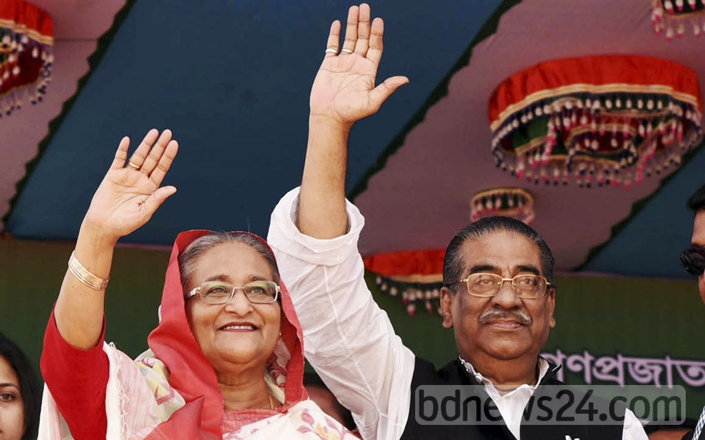 Awami League chief Sheikh Hasina acknowledges the crowd at the Barisal Bangabandhu Udyan‎ during a public rally on Thursday.