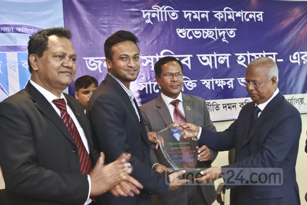 Anti-Corruption Commission Chairman Iqbal Mahmud presents a crest to cricketer Shakib Al Hasan, the organisation's new goodwill ambassador. Photo: Abdullah Al Momin