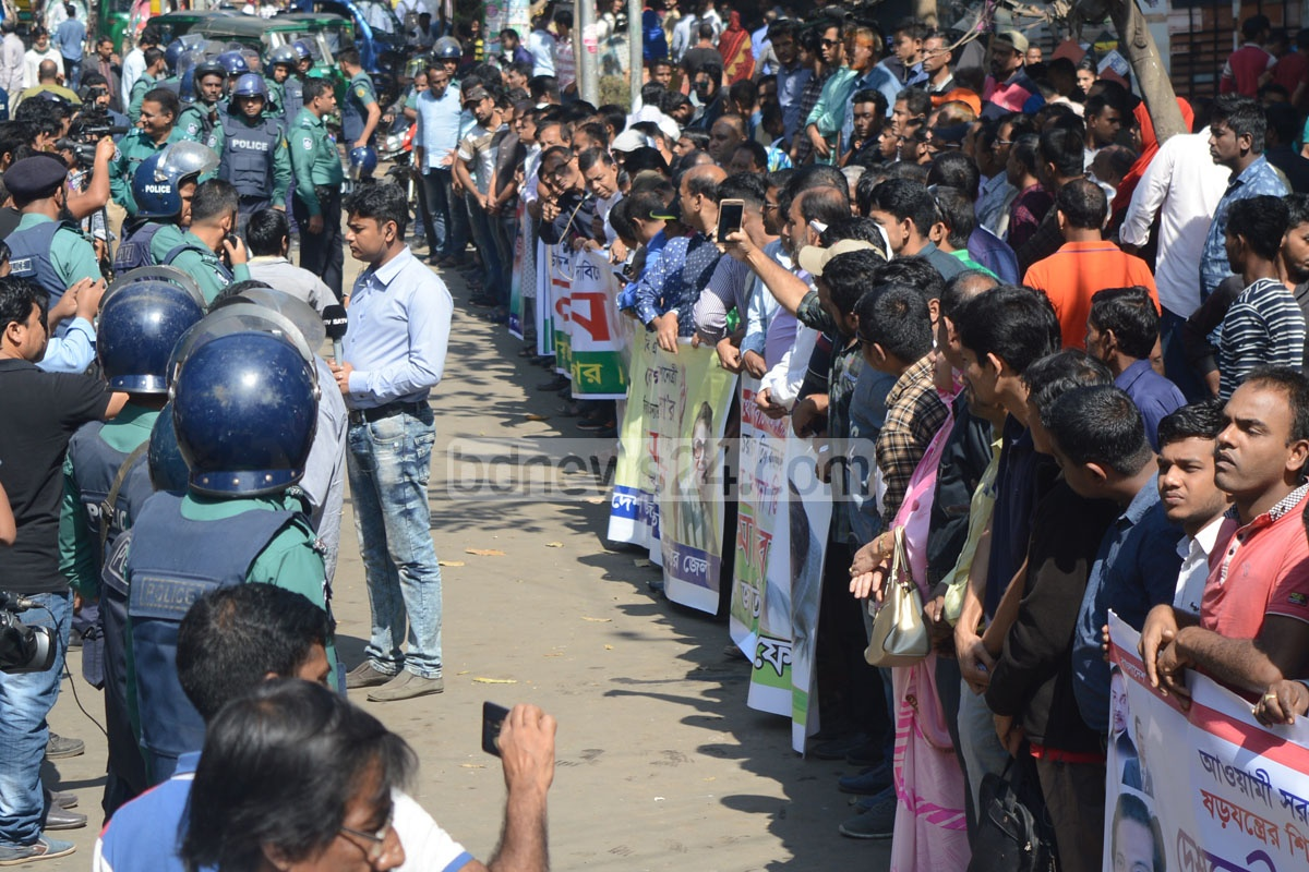 Amid a huge police buildup,BNP supporters in Chittagong demonstrated in front of the party offices in the city as part of its protest for party chief Khaleda Zia's release. Photo: suman babu