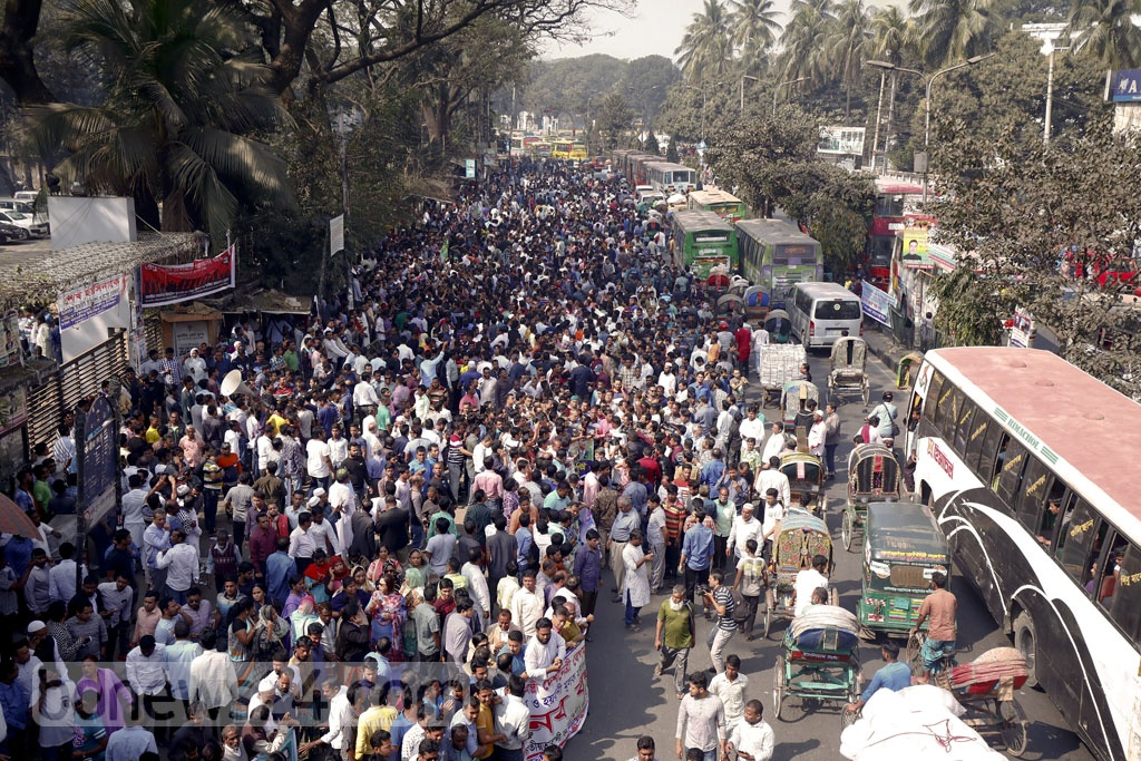 Thousands of BNP supporters streamed into a key Dhaka road on Monday and linked hands to form a human chain from the National Press Club to Topkhana Road as part of a protest for party chief Khaleda Zia's release.