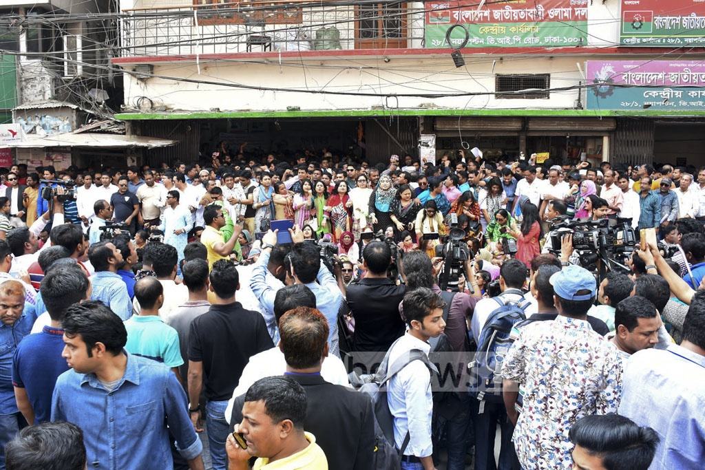 BNP activists throng the party office at Naya Paltan on Saturday to take part in the 'signature campaign' to prepare a public petition demanding the release of party chief Khaleda Zia as Secretary General Mirza Fakhrul Islam Alamgir inaugurates the programme