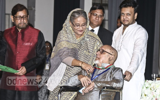 Prime Minister Sheikh Hasina hands over Ekushey Padak to 21 recipients at the award ceremony at the Osmani Memorial Auditorium on Tuesday. Photo: PMO