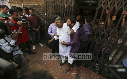 BNP Advisory Council member Ataur Rahman Dhali is taken to hospital after an injury he suffered in a police crackdown on a BNP protest on Saturday.