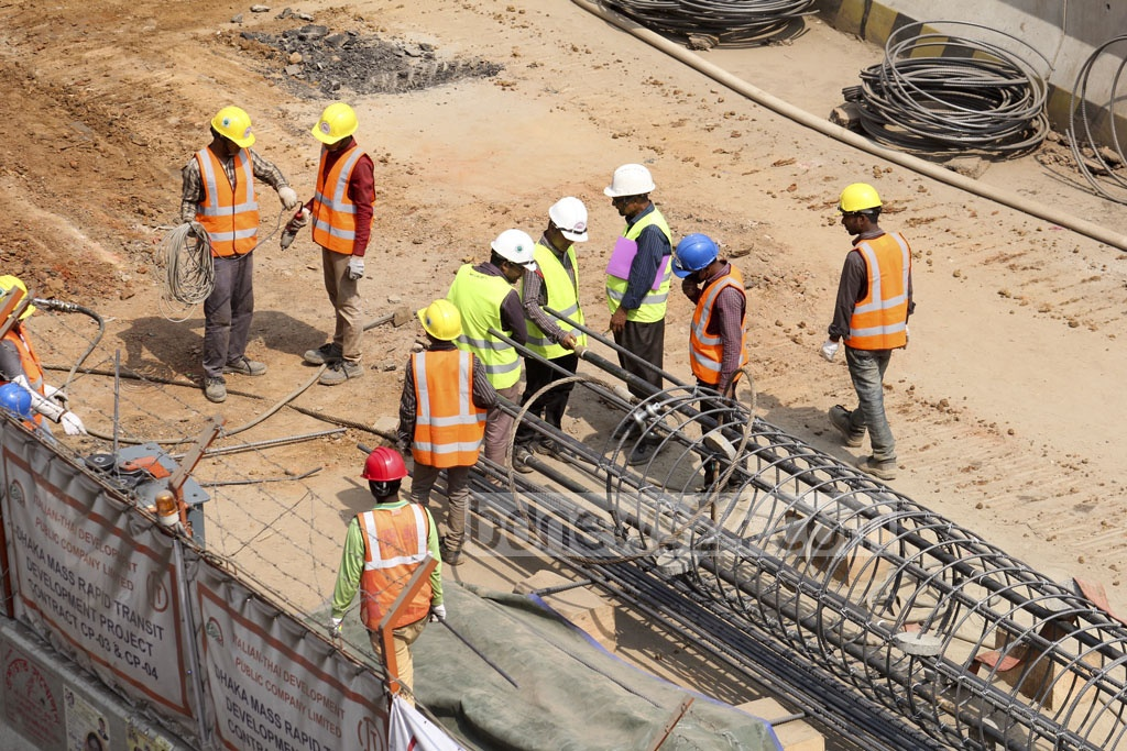 Construction workers on the Dhaka metro rail project at Mirpur-11. Photo: asif mahmud ove