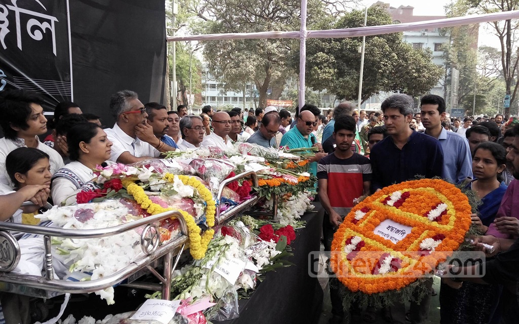 Freedom Fighter and sculptor Ferdousi Priyabhashini's mortal remains were taken to Dhaka's Central Shaheed Minar on Thursday, when people from all walks of lives paid their last respects. Photo: Abdullah Al Momin