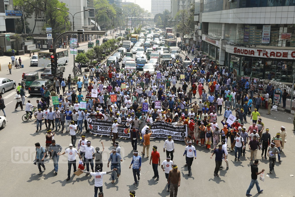 Students from different universities marched from Shahbagh towards the Prime Minister's Office in Dhaka on Saturday to submit a memorandum demanding the increase of the age limit for government jobs from 30 to 35.