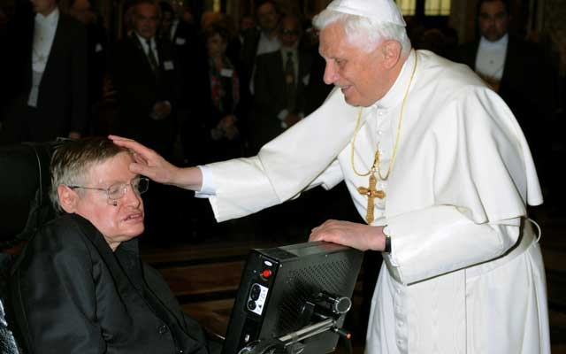 Pope Benedict XVI (R) greets British professor Stephen Hawking during a meeting of science academics at the Vatican Oct 31, 2008. Reuters
