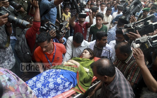 US-Bangla plane crash survivor Almun Nahar Annie, one of the three Bangladeshis who returned on Friday, was taken to the burns unit of Dhaka Medical College Hospital from the airport. Photo: Mahmud Zaman Ovi