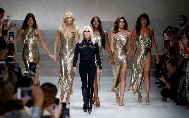 FILE PHOTO: Italian designer Donatella Versace (3L) acknowledges the applause with former top models Carla Bruni (L), Claudia Schiffer, Naomi Campbell, Cindy Crawford and Helena Christensen (R) at the end of Versace Spring/Summer 2018 show at the Milan Fashion Week in Milan, Italy, September 22, 2017. Reuters