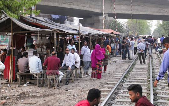 ​Slum dwellers put their lives on the line by living so close to the railway tracks. They also play cat and mouse game with railway authorities as they reoccupy the railway land within a few ​days after the evictions. The photo is taken from Mohakhali area in the capital on Tuesday.