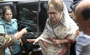 BNP Chairperson Khaleda Zia was taken to BSMMU from prison for medical tests. She walked from the car to the elevator by herself. Photo: Mahmud Zaman Ovi