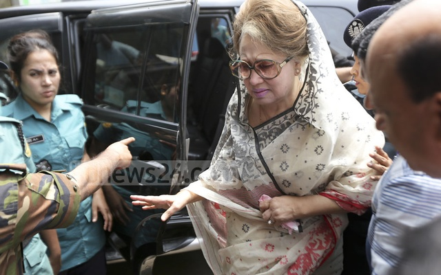 Khaleda Zia walked from the car to the lift at the BSMMU by herself. Photo: Mahmud Zaman Ovi