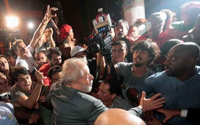 Lula turns himself in to police, begins prison term