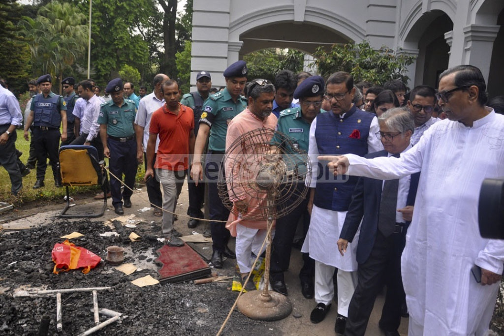 Awami League General Secretary Obaidul Quader and Rashed Khan Menon, chairman of Workers Party of Bangladesh, visit the house of the Dhaka University vice-chancellor after it was ransacked and vandalised by an unidentified group. Photo: asif mahmud ove