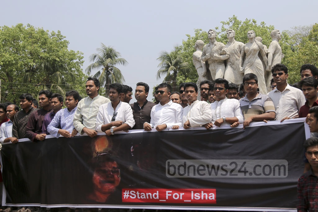 Students demonstrate at the Raju Memorial Sculpture on Dhaka University campus on Friday in support of Iffat Jahan Isha after Bangladesh Chhatra League reinstated the Kabi Sufia Kamal Hall unit president. The organisation had expelled her for allegedly torturing students who had joined protests for quota reforms.