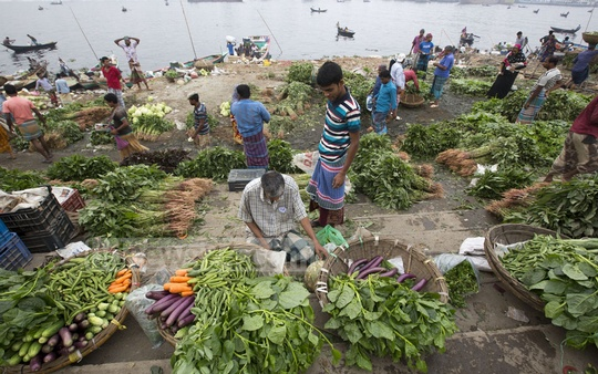 Wholesale traders sell vegetables on the bank of Buriganga river in Old Dhaka on Thursday. Photo: Mostafigur Rahman