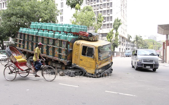 An LPG cylinder-laden truck broke down on Abdul Gani Road in Dhaka in the early hours of Friday. Photo: Asif Mahmud Ove