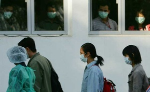 "Observers look out of windows as ""patients"" walk past during a SARS outbreak drill in Hong Kong Nov 19, 2004. Reuters"
