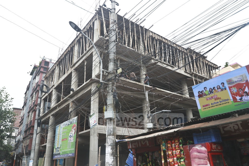 on Shaheed Faruq Road at Jatrabarhi in the capital on Monday. Photo: Abdullah Al Momin RAJUK tearing down illegally extended parts of buildings