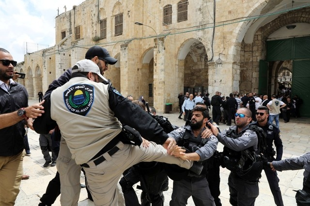 Israeli policemen scuffle with a Waqf security guard, on the compound known to Muslims as al-Haram al-Sharif and to Jews as Temple Mount, in Jerusalem's Old City, May 13, 2018. REUTERS