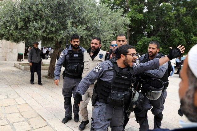 Israeli policemen detain a Waqf security guard, on the compound known to Muslims as al-Haram al-Sharif and to Jews as Temple Mount, in Jerusalem's Old City, May 13, 2018. REUTERS