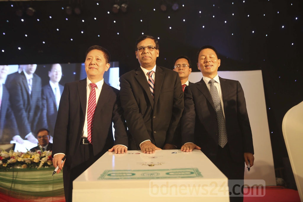 Officials gesture after signing an agreement between Dhaka Stock Exchange and a consortium of China's Shenzhen and Shanghai bourses on strategic partnership at a hotel in the capital on Monday.