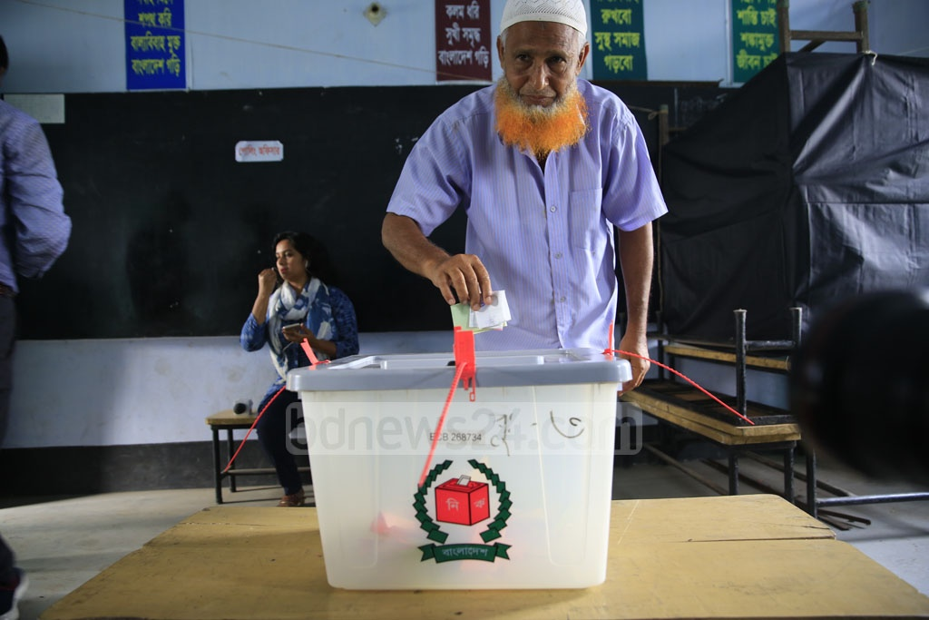 A voter casts his ballot at a polling station in Khulna City on Tuesday. Photo: Mostafigur Rahman