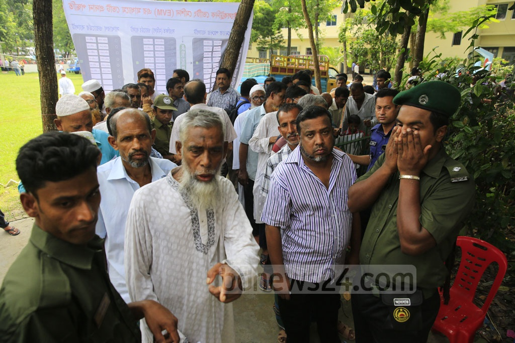 A general view of a polling station in Khulna City during Tuesday's voting. Photo: Mostafigur Rahman