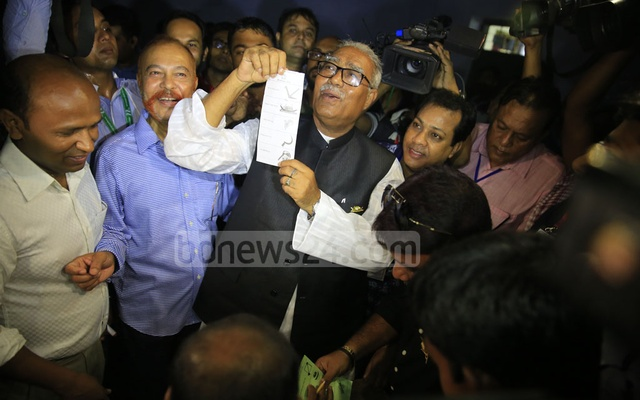 Talukdar Abdul Khalek shows a ballot paper before casting his vote. Photo: Mostafigur Rahman