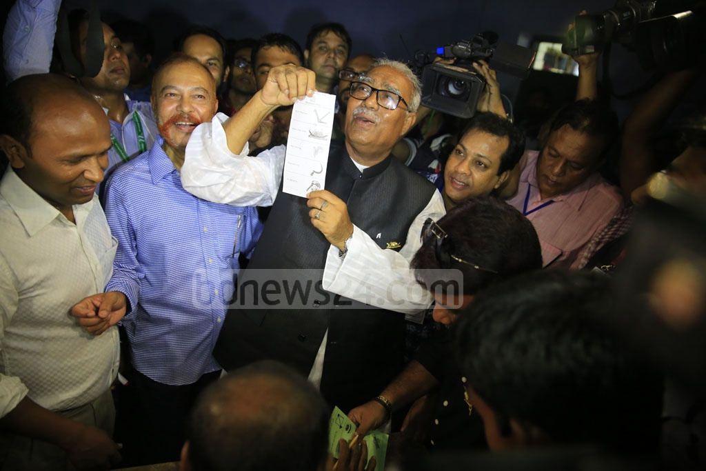 Awami League mayoral candidate Talukdar Abdul Khalek shows a ballot paper before casting his vote at Pioneer Girls' High School centre on South Central Road in Khulna City on Tuesday. Photo: Mostafigur Rahman