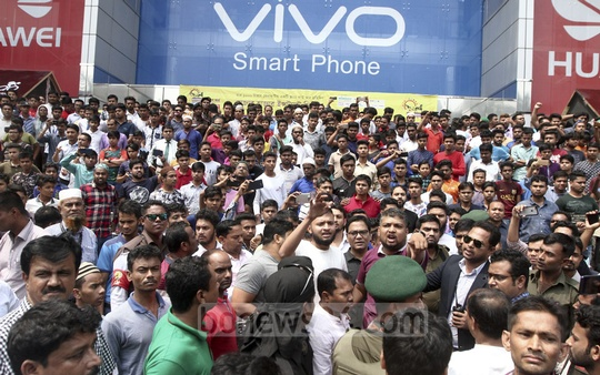 Traders at Bashundhara City angered by a crackdown on illegally imported mobile handsets stop customs officials' car, halting traffic in front of the shopping mall in Dhaka on Saturday.