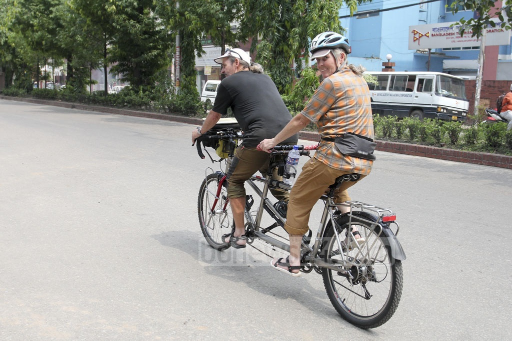 A German couple is on a world tour by bicycle. Tandem-Tagebuch and Ute und Konrad have covered 22 countries. They are now in Dhaka. The photo was taken on Saturday. Photo: Asif Mahmud Ove