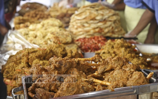 The capital's Dhanmondi's Iftar market is abuzz with buyers. Delicacies including kabab, barbecue chicken, chicken roast, mutton roast, beef parata, halim and borhani are available in the market. Photo: Mahmud Zaman Ovi
