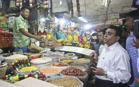 A mobile court of Dhaka North City Corporation at work in the capital's Kawran Bazar on Monday to stop abnormal hike in prices and sale of contaminated foods.