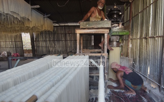 A factory is producing vermicelli at Chattogram's Rajkhali Lamabazar. Photo: Suman Babu